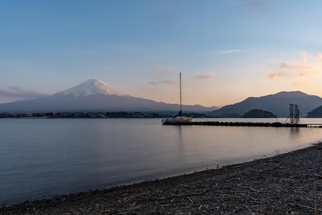 Красивая гора фудзи с озером кавагутико, япония в сумерках, фудзисан