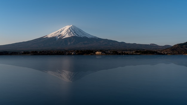 Гора фудзи отражение на воде, пейзаж на озере кавагути