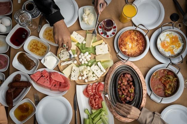 テーブルの上のおいしい食べ物とテーブルのトップビューショット。