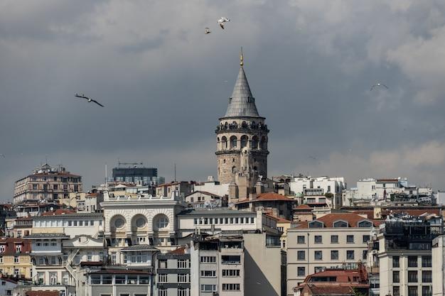 Красивые виды на башню галата, стамбул, турция.