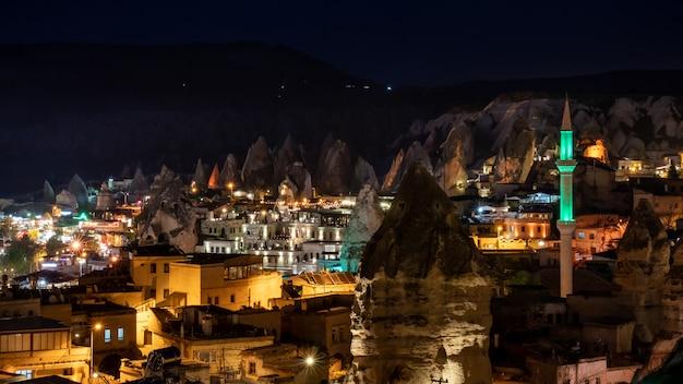 トルコ、カッパドキアのギョレメの夜の風景。