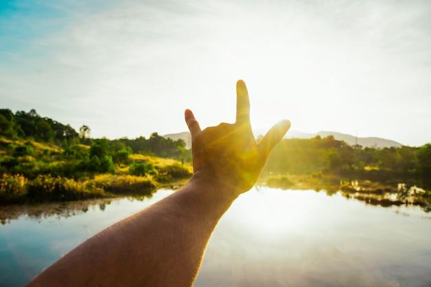 午前中に太陽の光に触れるために手を使う