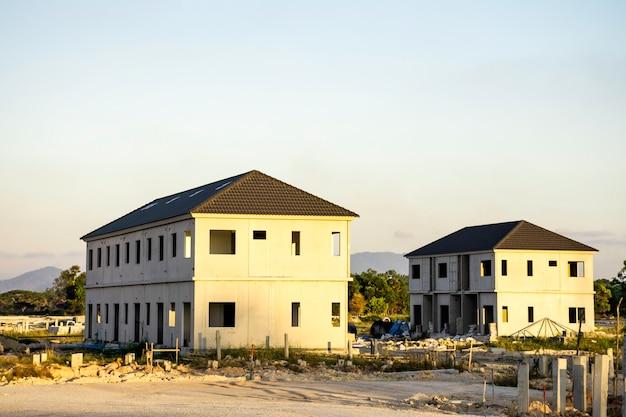 山の風景を背景に家の建設現場、ビジネスコンセプトのための建物の背景