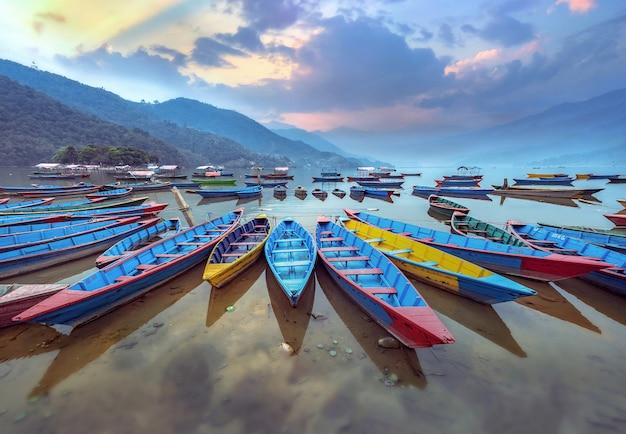 ネパール、ポカラのペワ湖岸の色のボートのシンボル。