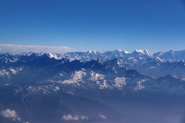ネパール北部ヒマラヤの高角度のビュー。