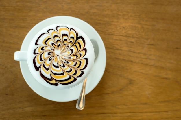 木製のテーブルのラテコーヒーアート