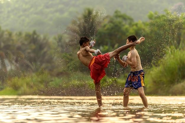 ボクシングを練習している青年アスリート