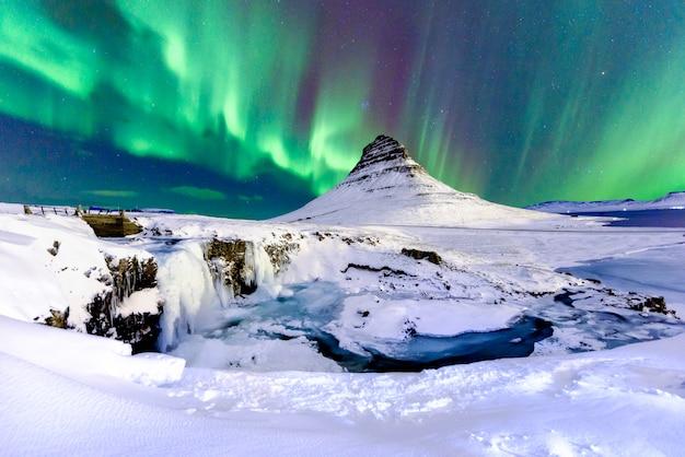 アイスランドの山のオーロラ