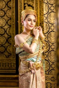 美しいタイの女性は、伝統的なタイの民族衣装を着ています。パントマイムドラマシーンの準備をするには