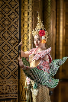 Красивые тайские женщины одеваются в традиционные тайские национальные костюмы. чтобы подготовиться к сцене драмы пантомимы
