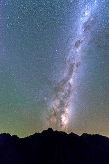 Млечный путь, возвышающийся над горой