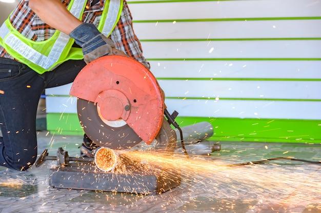 建設作業員はスチールカッターを使用しています。建設用