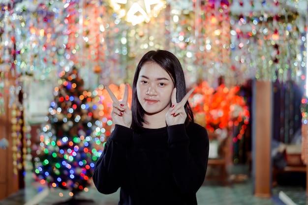 美しい女性が星を照らしています。タイ、サコンナコンのターレでのクリスマスシーズン