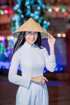 Красивая женщина с традиционной культурой вьетнама, винтажный стиль, хой вьетнам