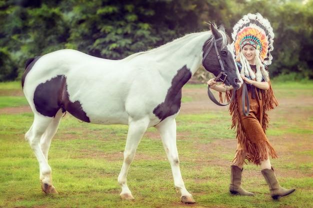 ネイティブアメリカンの女性とタイでアメリカのペンキの馬と歩いて美しさ若いアジアの女の子。