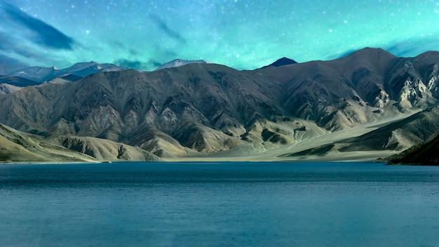 Панорама звездной ночи в северной части индии природа и пейзаж вид на озеро пангонг лех ладакх индия