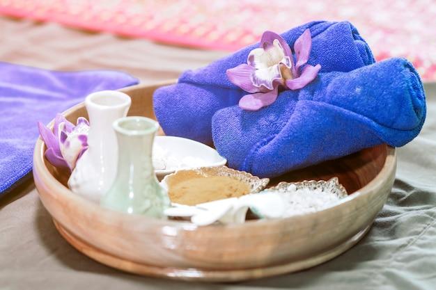 Голубое полотенце и оборудование для ухода за кожей для спа, чтобы было комфортно