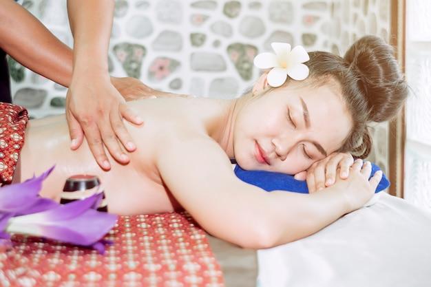 Девушка спит удобно, массируя тайский спа