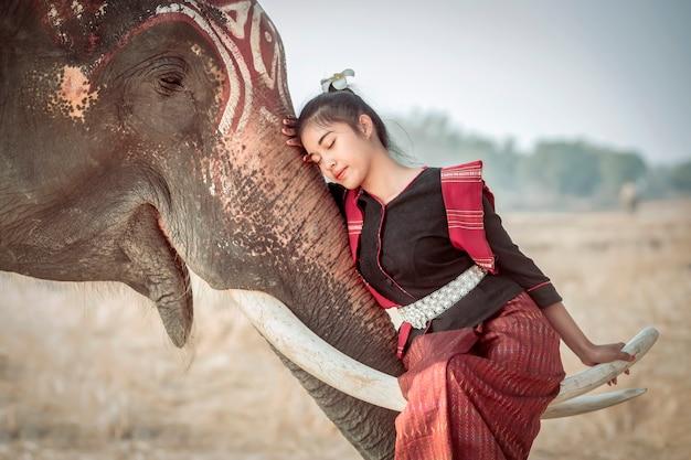 Тайские женщины в национальных костюмах спят на тайской слоновой кости во время дневного отдыха на рисовых полях.
