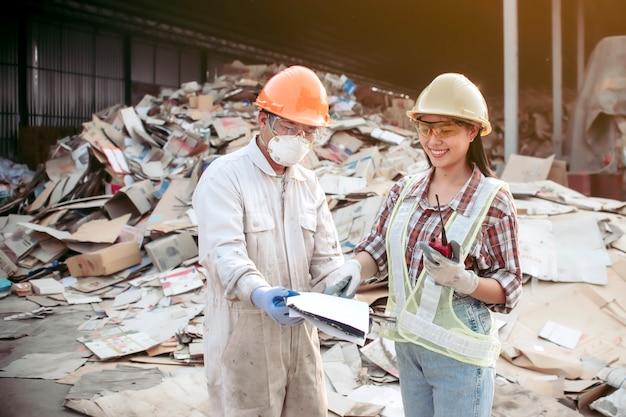 Женский персонал, контролирующий отделение бумаги для переработки