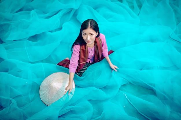 ベトナムの漁師は漁網を修理しています漁師はタイの漁網を掃除しています