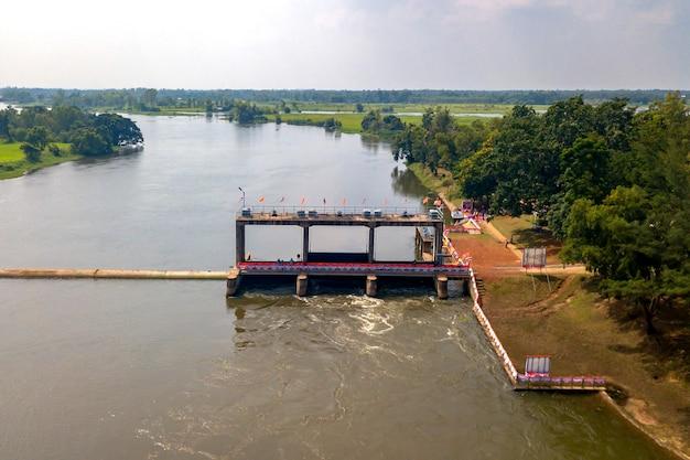 タイのサコンナコン県で使用されるノンハン水の量を制御する高角度のビュースラサワディウォーターゲート。