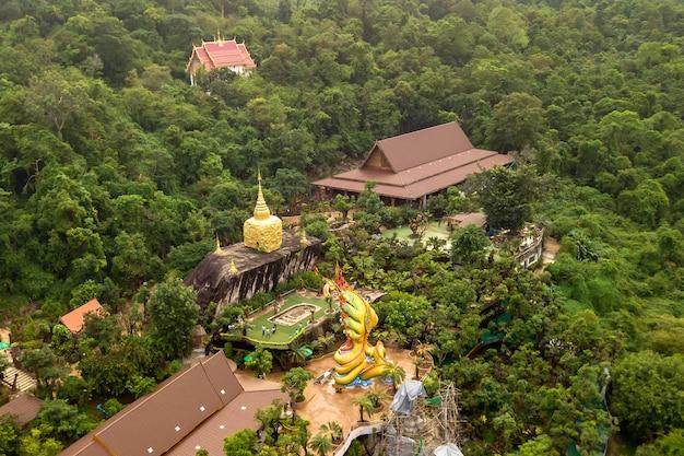 Высокий угол обзора храм ват тхам пха даен - красивый храм, расположенный на склоне горы фу пхан в провинции сакон накхон; таиланд.
