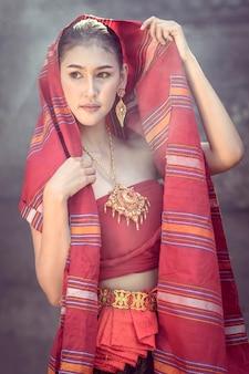 クメール城を歩く女性の伝統的なドレス。