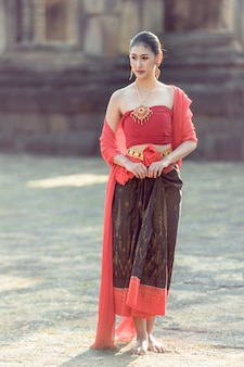 Женское традиционное платье гуляет кхмерский замок.
