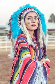 Американский индийский женский портрет на открытом воздухе