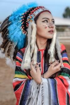 アメリカインディアンの女性のポートレート屋外