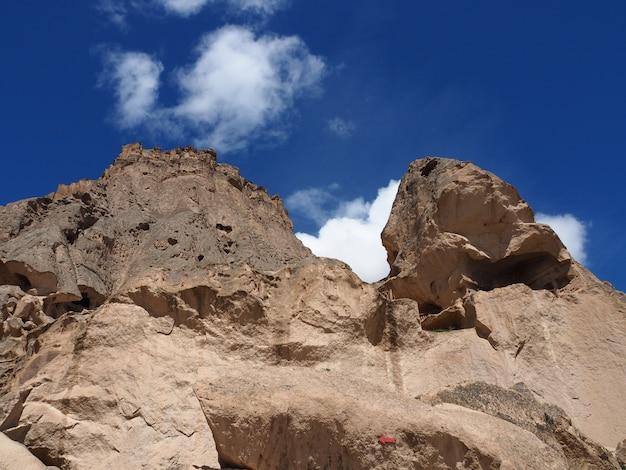 青空の背景を持つトルコ、カッパドキアセライムのロックカット修道院のクローズアップ。
