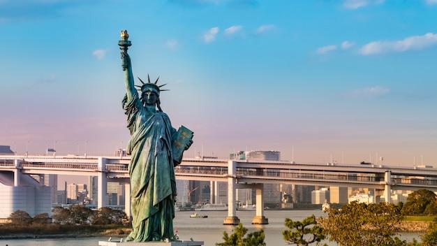 Статуя свободы в одайба, токио, япония