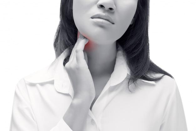 女性の喉の痛み。首に触れます。白い背景に分離されました。