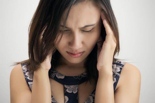灰色の背景に対して白い背景に対して頭痛