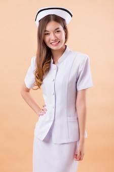 自信を持って、幸せで、笑顔のアジアの看護師