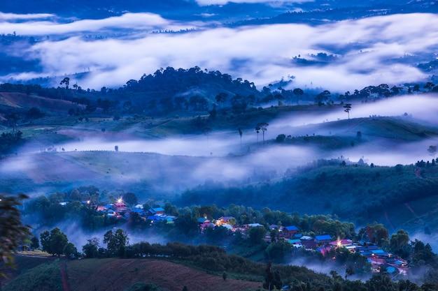タイ、ピサヌローク県の高山の霧の海を風景します。