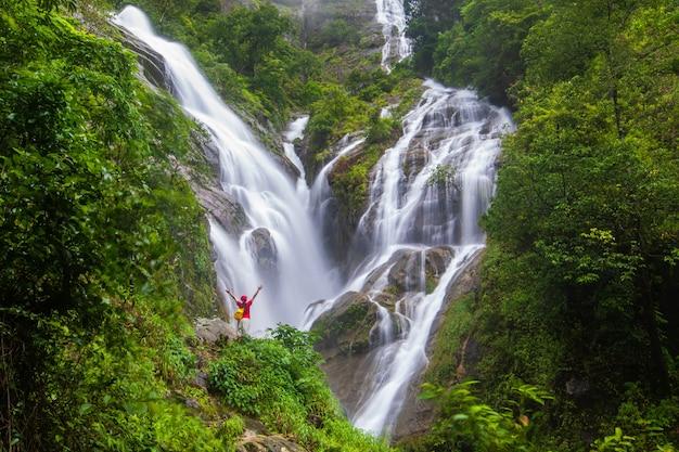 Молодой человек, походы возле водопада