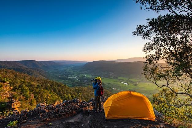 Палатка стоит на вершине горы