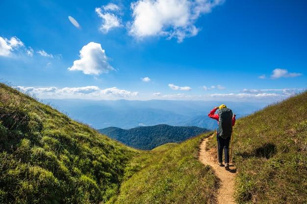 若いバックパッキングの女性が山でハイキングします。土井モンチョン、チェンマイ、タイ。