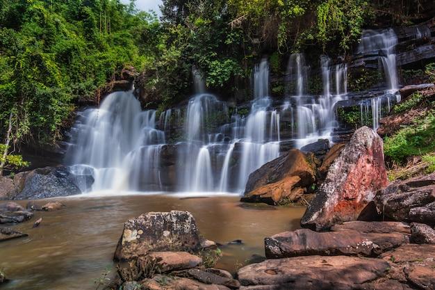 Красивый водопад в таиланде.