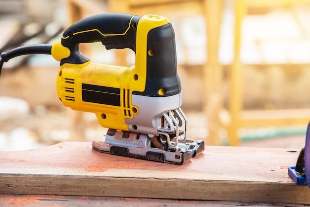 Желтый лобзик для деревообработки