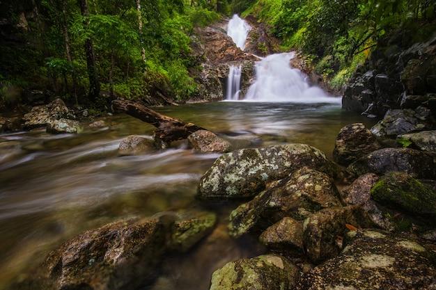 Водопад пи-ту-гро, красивый водопад в провинции так, тайланд.