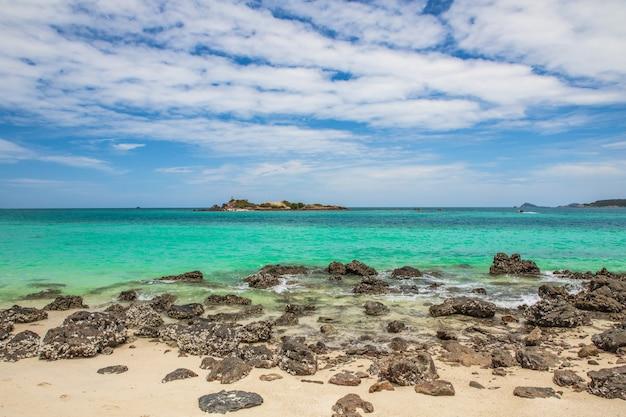 タイ、チョンブリ県のサメサーン島の美しい熱帯のビーチ。