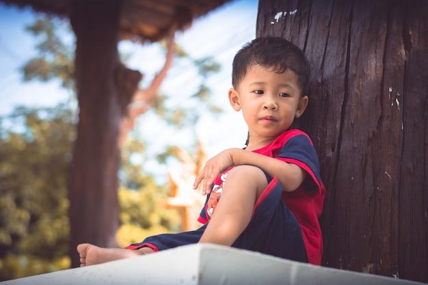 悲しい子少年の肖像画。