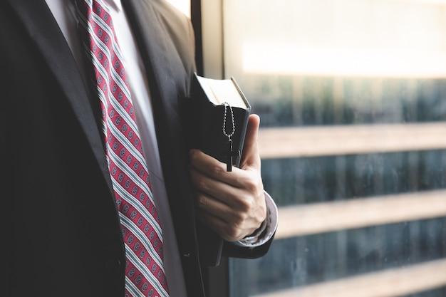 キリスト教のビジネスマンのオフィスで祈る