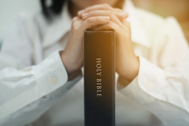 女性は神に祈っています。