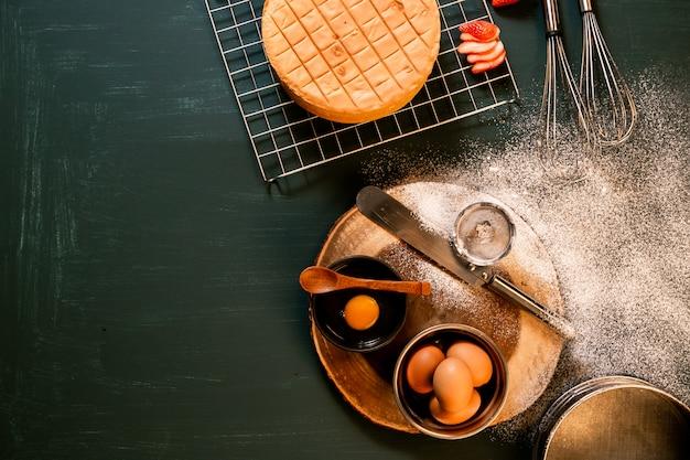 ケーキのアイシングと装飾。白いフォンダンでウェディングケーキ。段階的に、複数の画像。