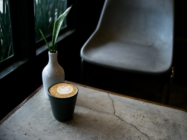 コーヒーショップでホットラテコーヒー