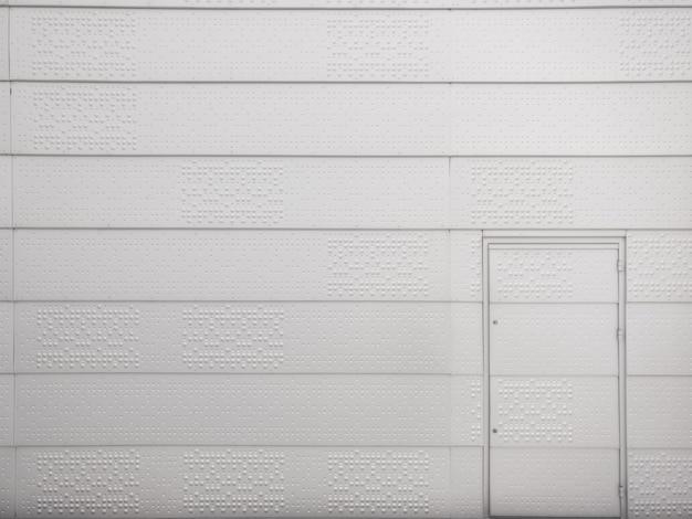 金属製の壁と金属のドア